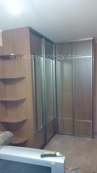 Шкаф купе угловой для одежды с полками с зеркалом