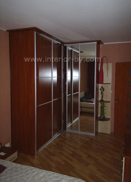 Угловой шкаф для спальни с зеркалом