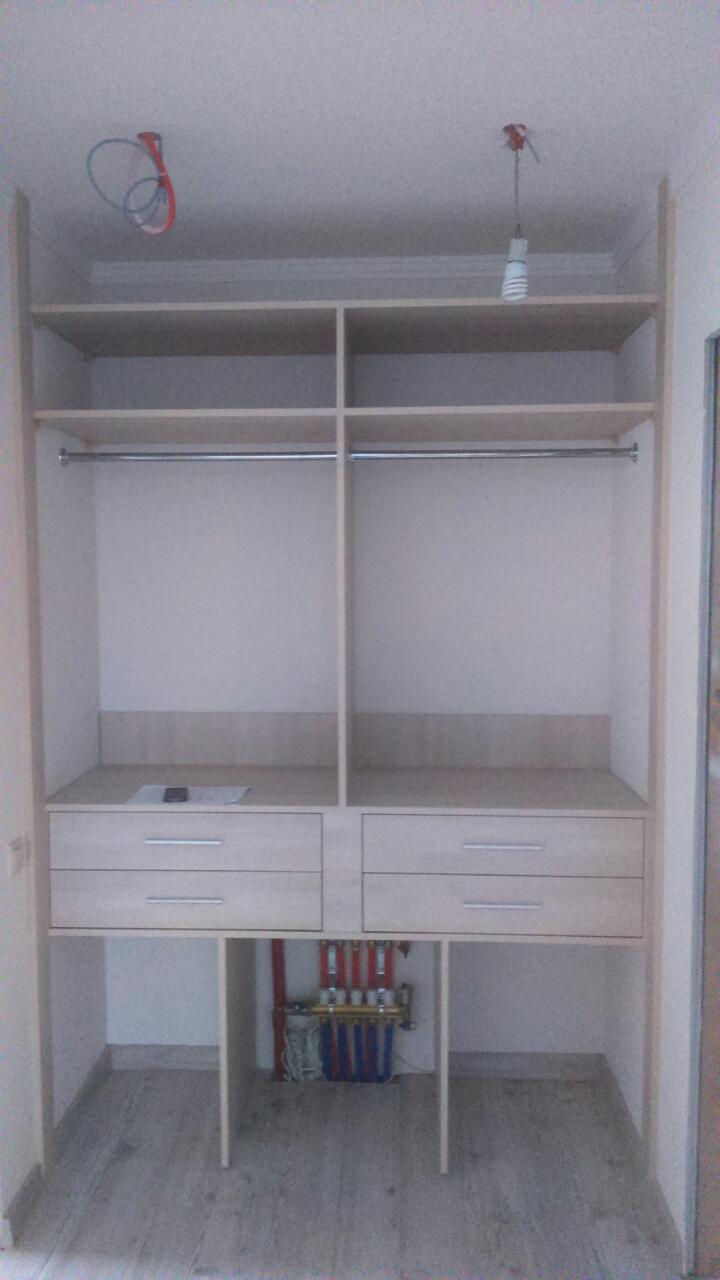 Шкаф-купе встроенный с выдвижными ящиками