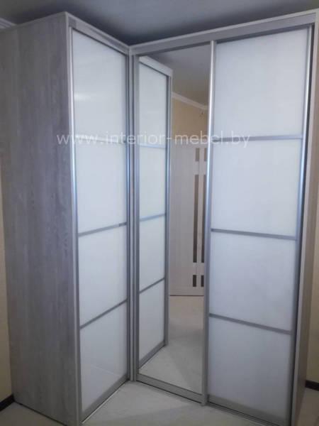 Угловой шкаф в спальню с зеркалом и лакобель
