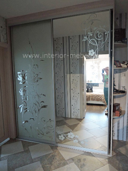 Шкаф с пескоструем на зеркале цветы