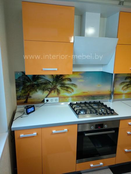 Угловая кухня со скинали фото