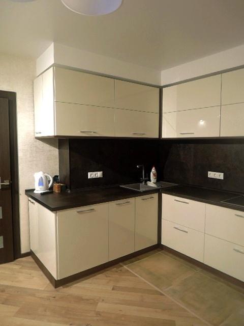 Кухня краска глянец ваниль с темным корпусом